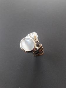 Maansteen in zilveren ring met goudaccenten