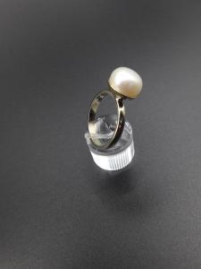 Oud goud met zoetwaterparel in een nieuwe ring