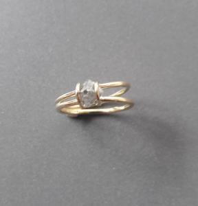 Ruwe diamant in 14k geelgouden ring