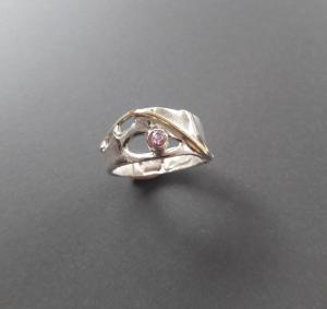 Zilveren ring met goudaccent en roze saffier